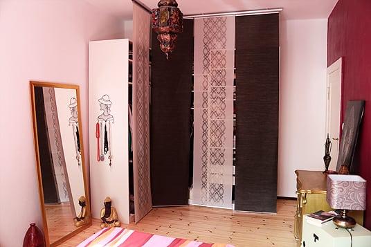 Kleiderschrank mit Vorhängen
