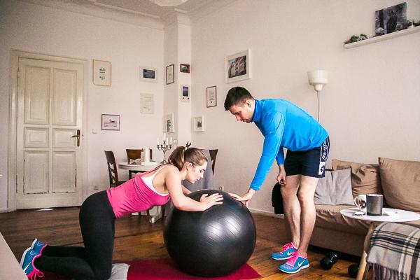 Gymnastikball-Liegestütze mit Knie auf dem Boden