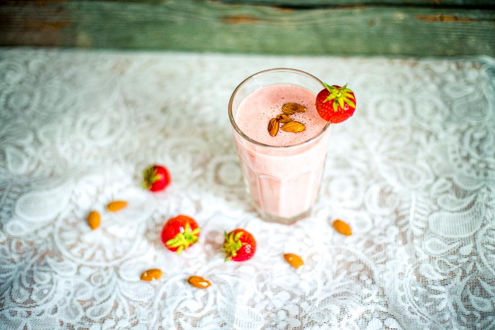 Vegane Erdbeermilch mit selbstgemachter Mandelmilch