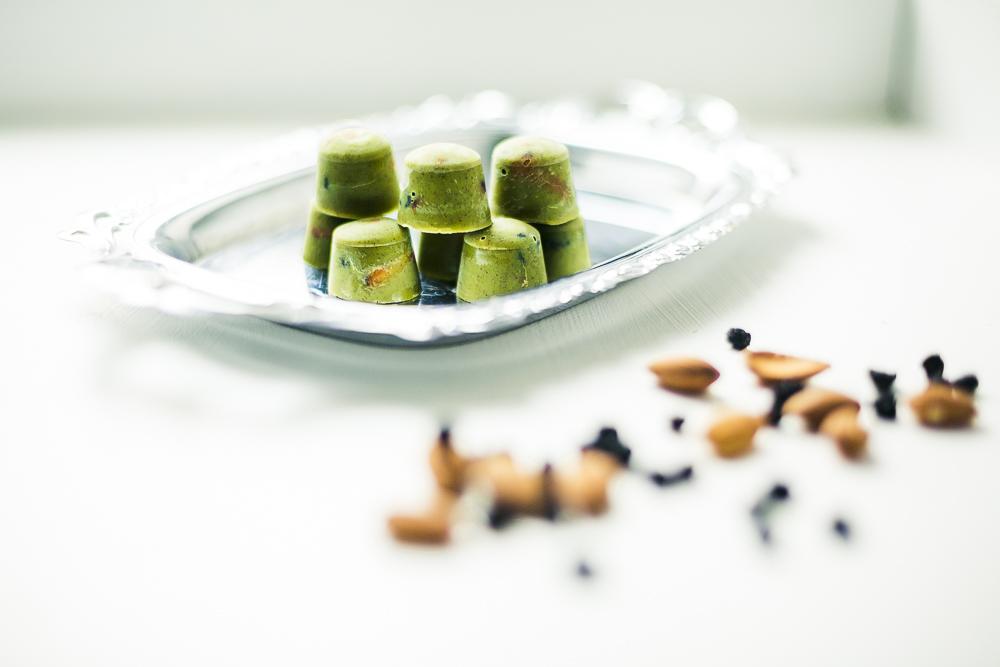 Vegane Mandel-Matcha-Schokoladen-Pralinen mit Aroniabeeren